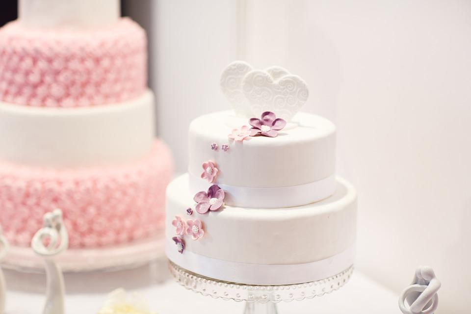 Bröllopstårta och tårtdekorationer